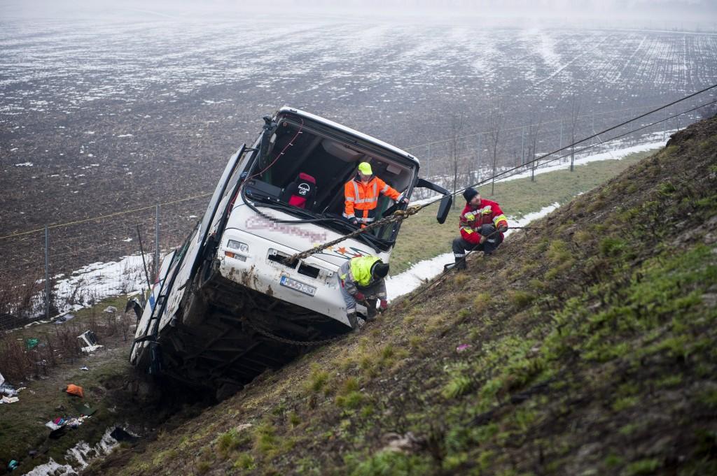 Buszbaleset - Tíz méter mély árokba csúszott egy román ren