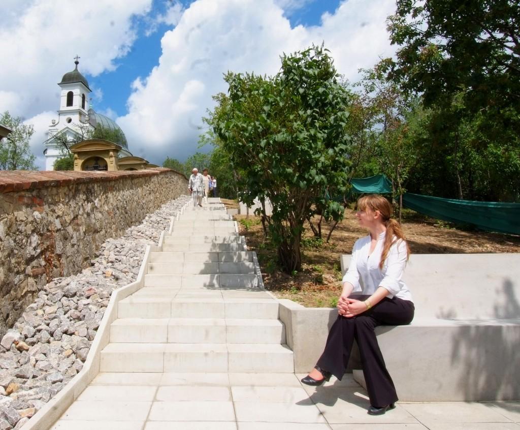 A sétányt szegélyező köveket be kellett gyűjteni, mert azzal dobálták a kápolnát