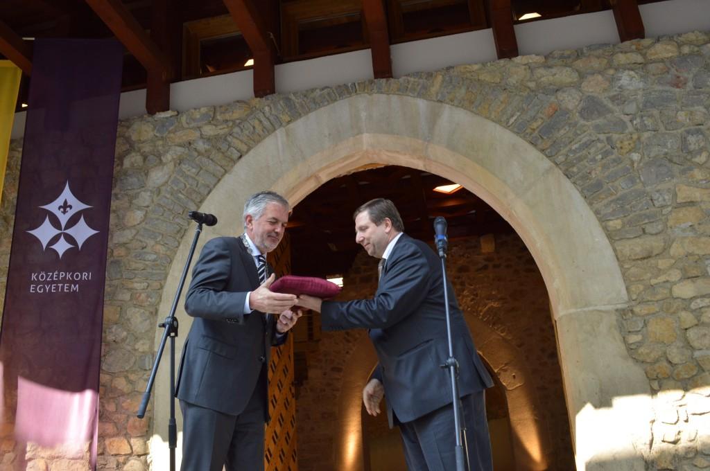 Páva Zsolt vette át a kulcsát az Magyar Nemzeti Vagyonkezelő főigazgatójától, Marjay Gyulától