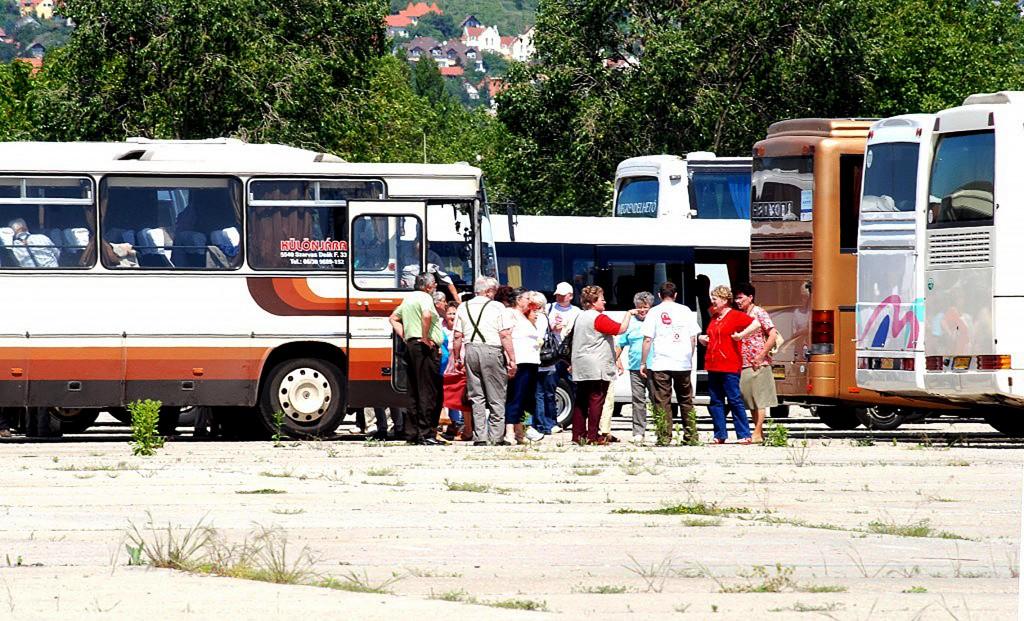 Szili buszokkal hozott 1500 segítőt