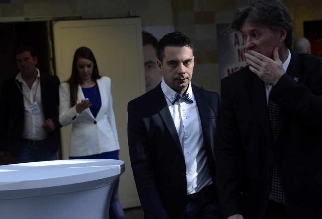 Vona Gábor, a Jobbik elnöke sajtótájékoztatóra érkezik pártja eredményvárójának helyszínén