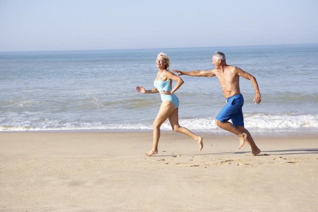 idős pár, szerelem, tenger, futás