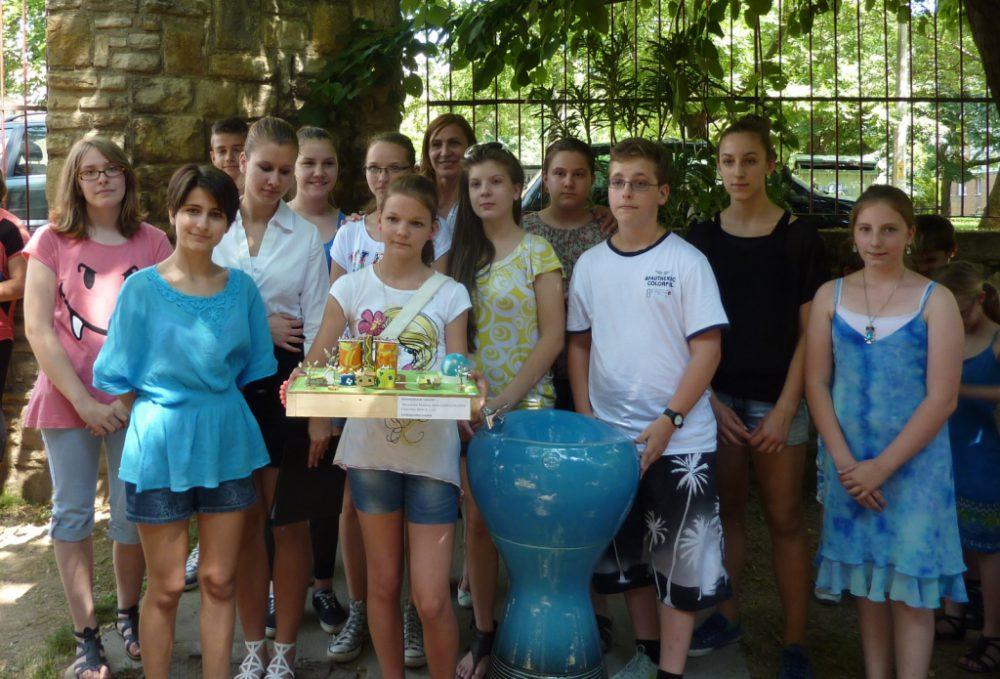 A Bánki Donát Utcai Általános Iskola felsőtagozatos csapata a makettel