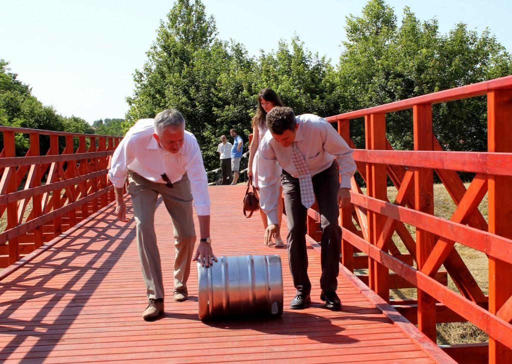 A hagyományoknak megfelelően átgurítottak egy hordót is az új hídon