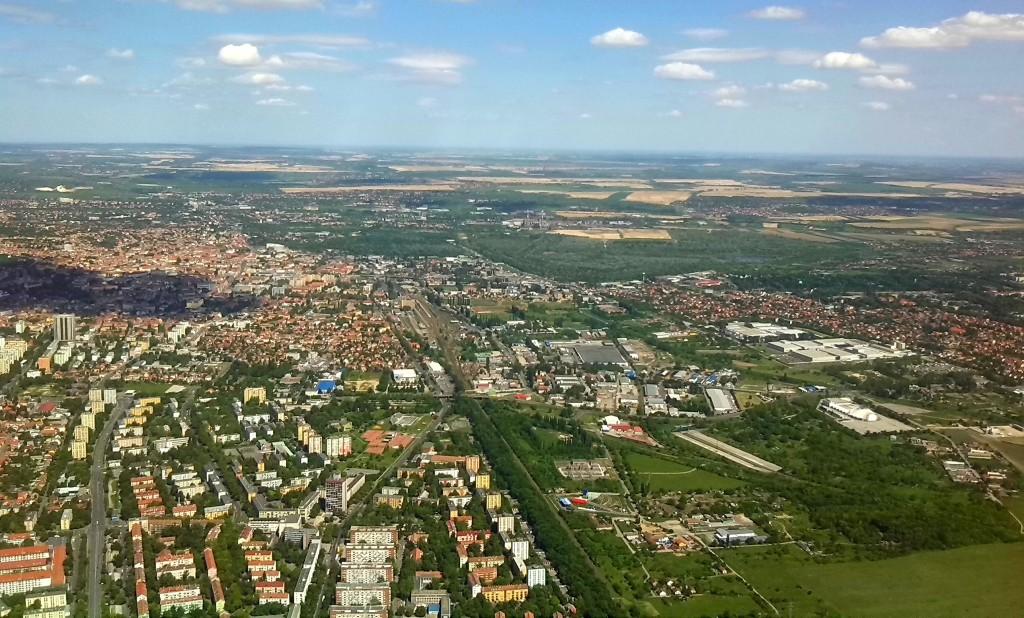 Pécs nyugat felől. Jól látszik, hogy Uránvárostól délre bőven van terület.