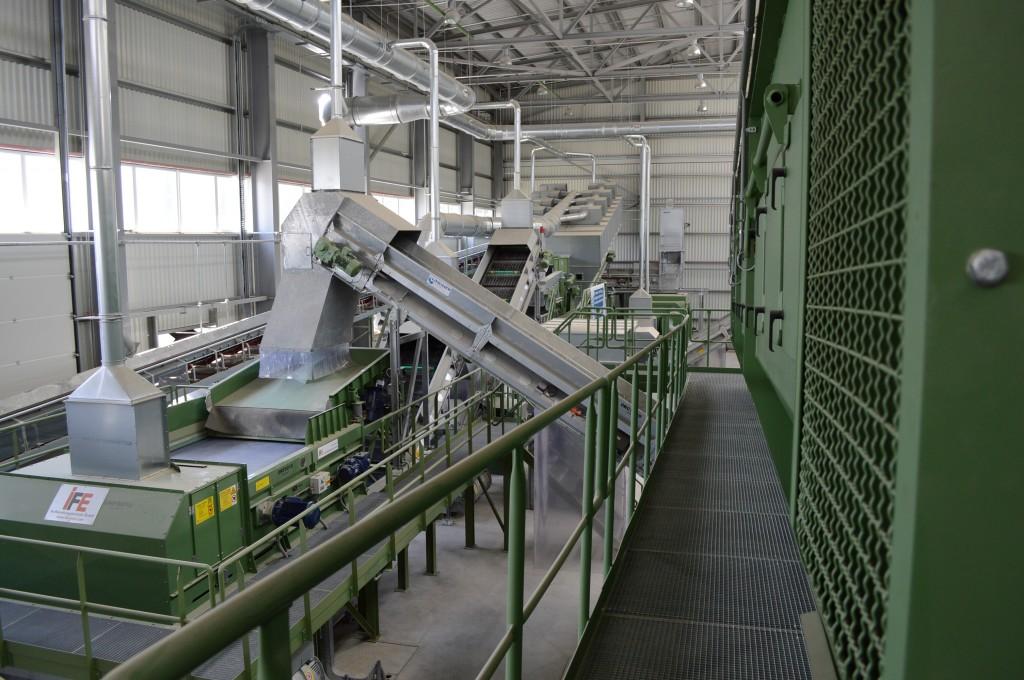A vegyes hulladékból komplett, automatizált gépsor nyeri ki a még hasznosítható részt...