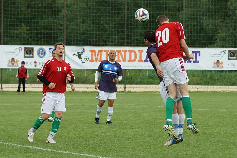 A torna legjobb játékosa, Dr. Hergenrőder Tamás gólt fejel.