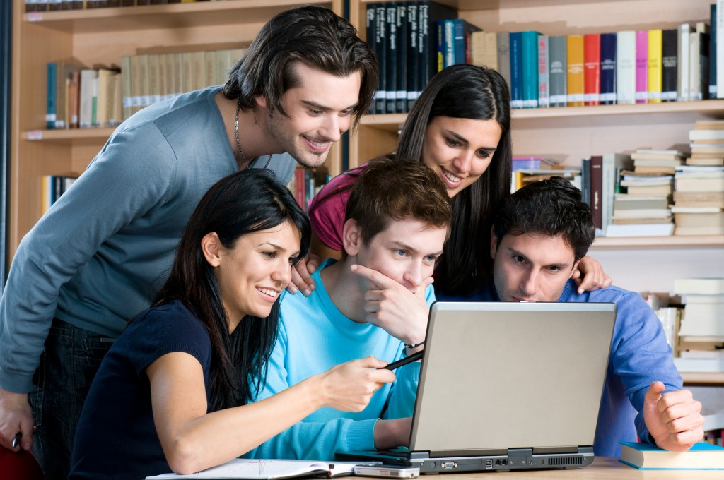 A neten ingyen és bérmentve tolhatjuk a kurzusokat egymás után