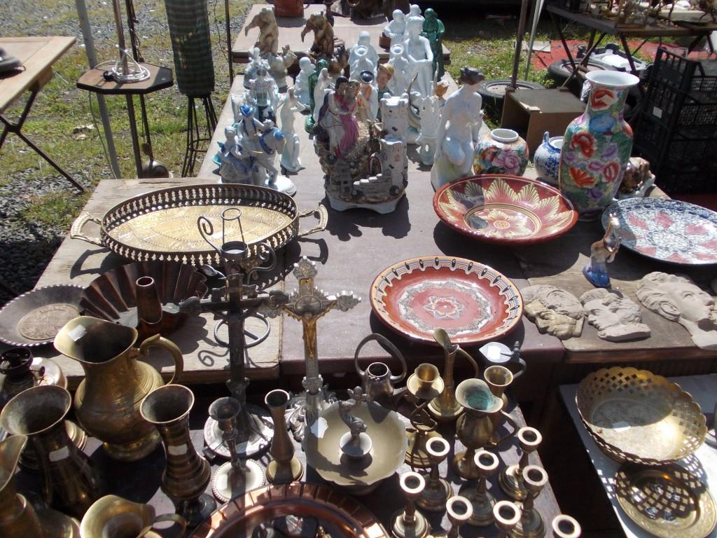 Zsolnay-porcelánok, bronz és réz gyertyatartók, és egy ezeréves kuglóf-forma
