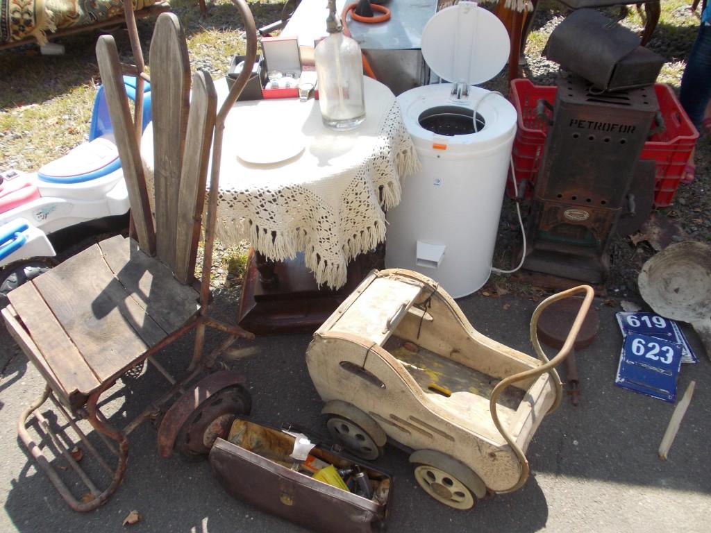 Egy már-már ijesztően régi babakocsi és egy tolószék, amit feltehetően még az első világháborúban használtak
