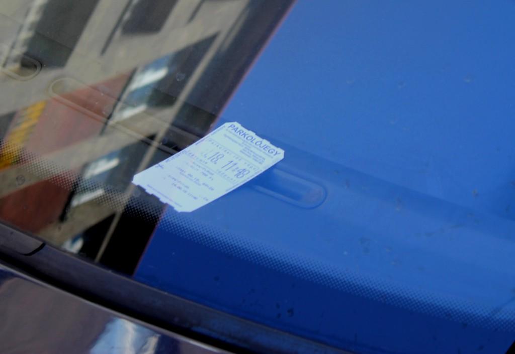 Nem tudják, hogy tilosban parkolnak, ezért parkolójegyet is vesznek