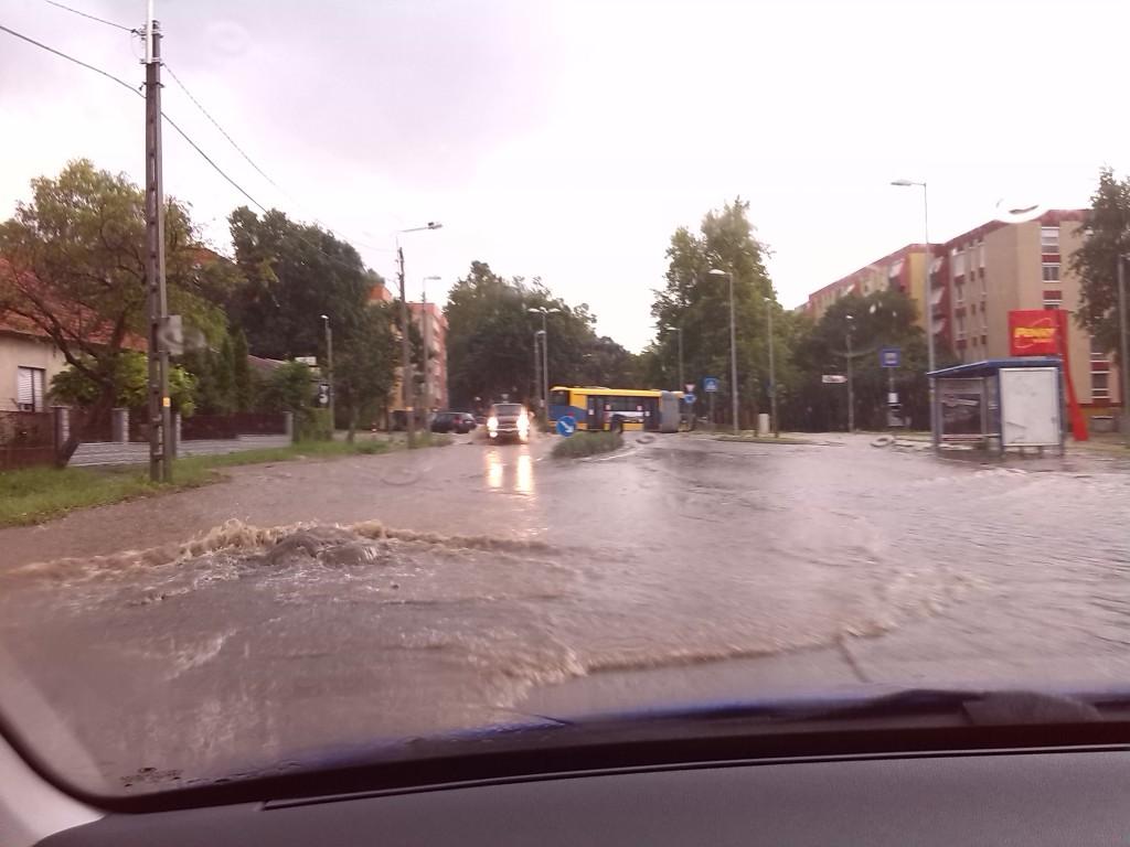 Tavaly nyár végén úszott a Megyeri-Nagy Imre út is...