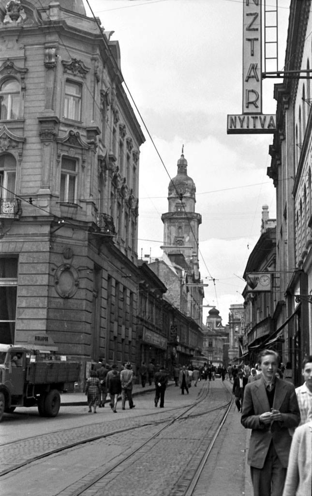 Király utca, villamos sínekkel