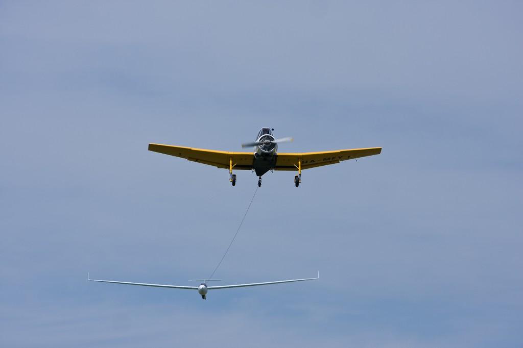 Így húzzák fel a levegőbe a vitorlázó gépeket