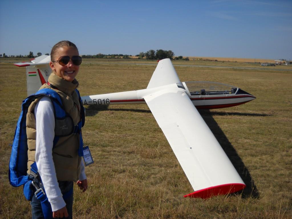 Egy izgatott egyetemista a repülés előtt.