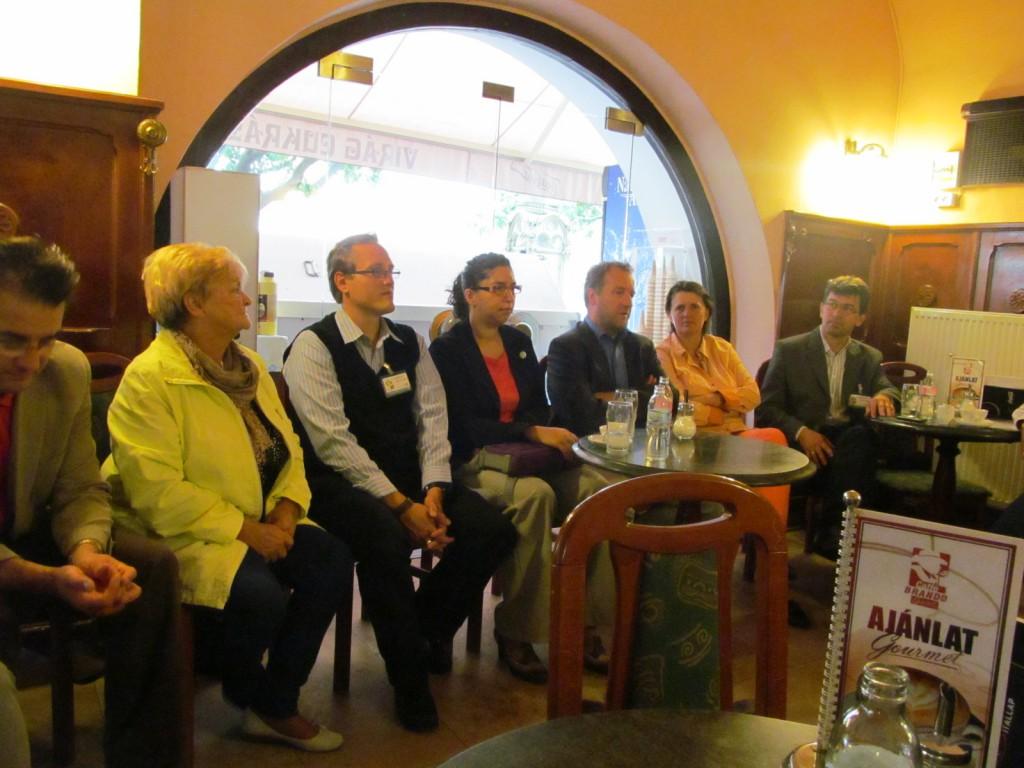 Az ÖPE sajtótájékoztatója a cukrászda félhomályában