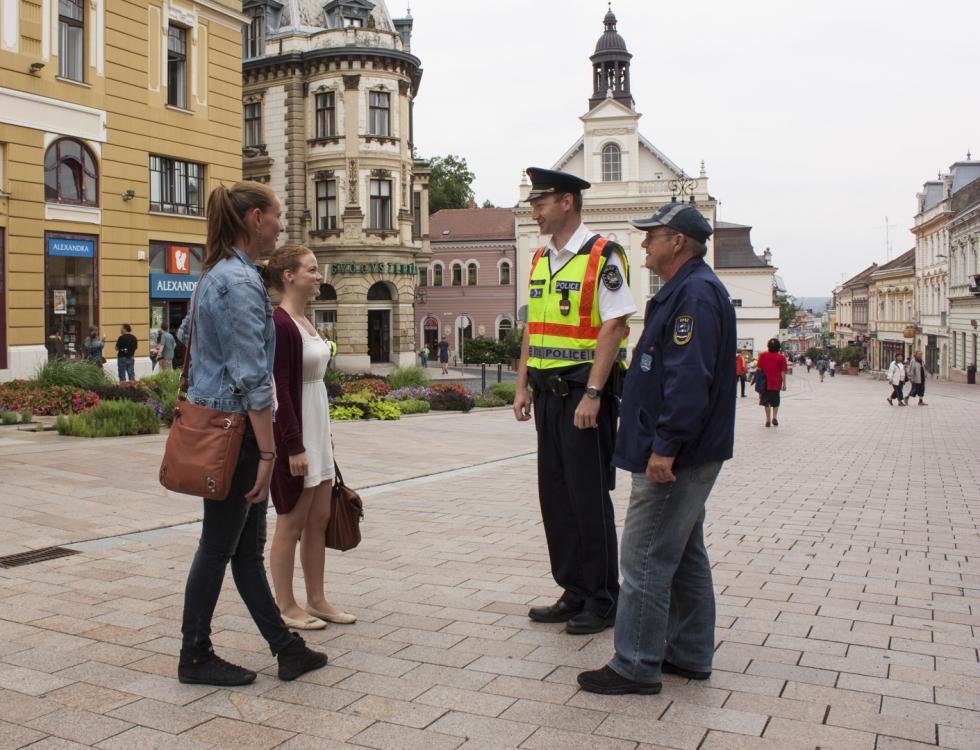 Rendőrök, rendőrség, posztos rendőrök, gyalogos járőr