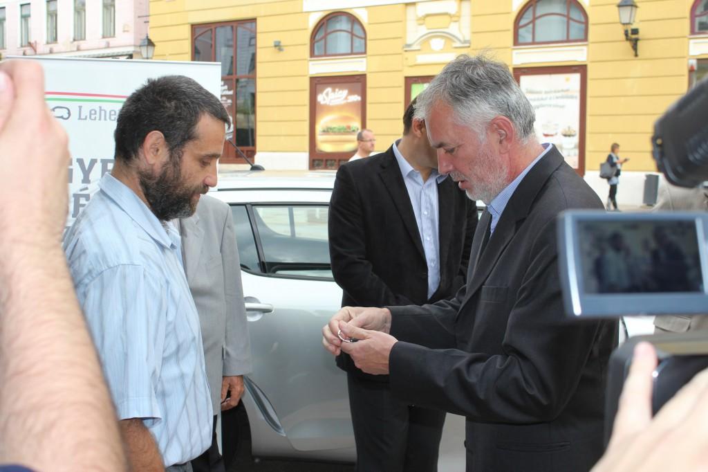 A polgármester átadja a slusszkulcsot a sikeres pályázónak