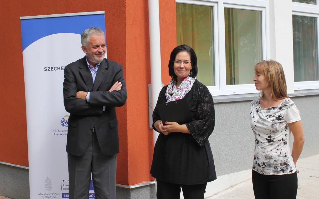 A polgármester és a bölcsőde vezetői is örülnek az új fűtőtesteknek