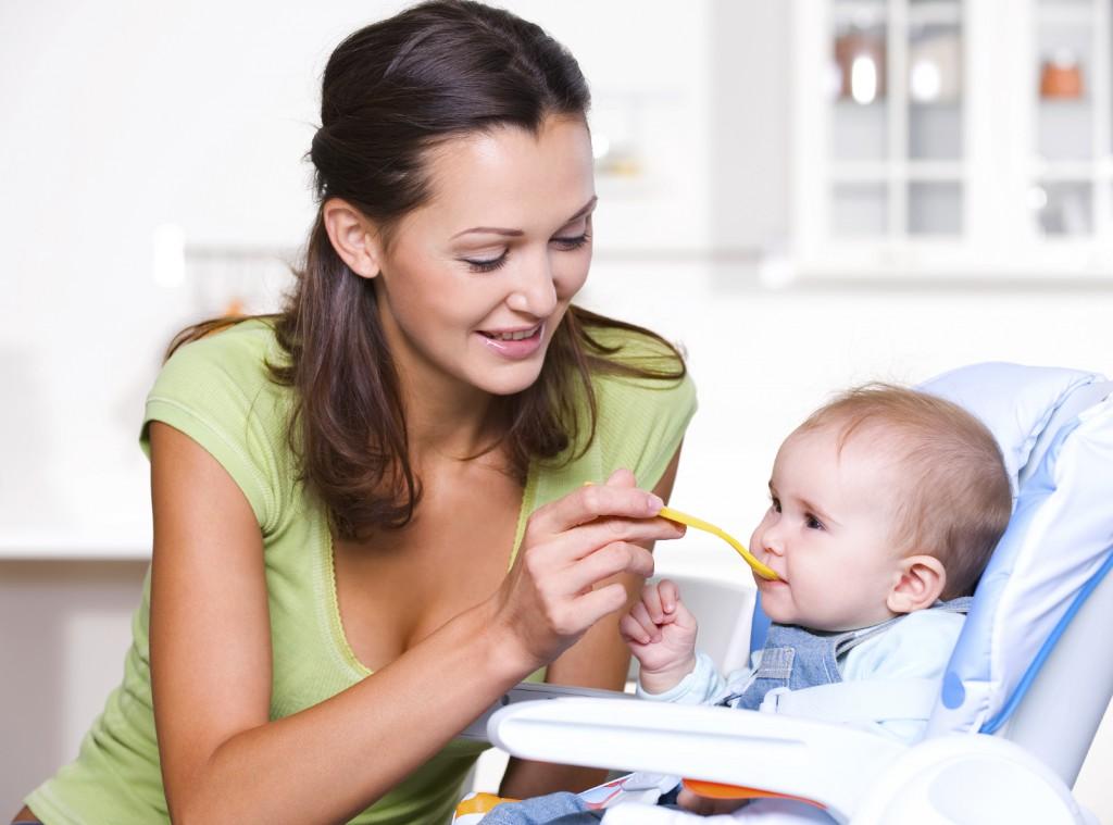 bébi étel, anya eteti a babát,
