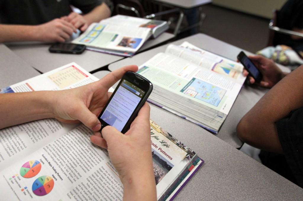 Nehéz megelőzni az okostelefonok tanórai használatát