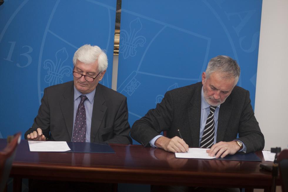 Bódis József és Páva Zsolt a megállapodás aláírásakor