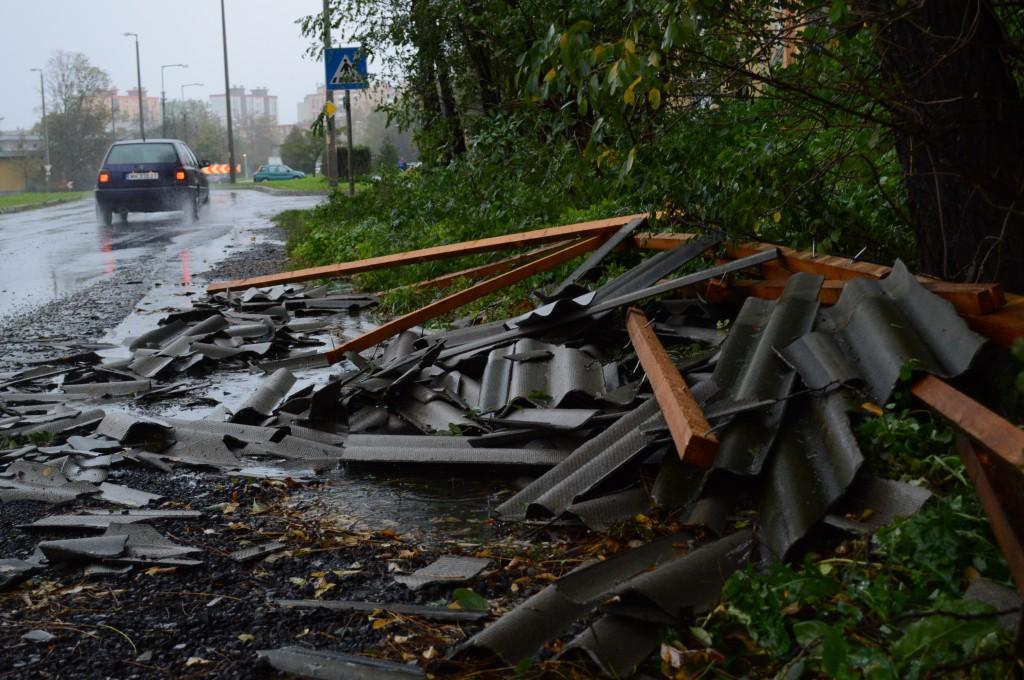 A leszakadt tetőt a szél kivitte a közeli útra