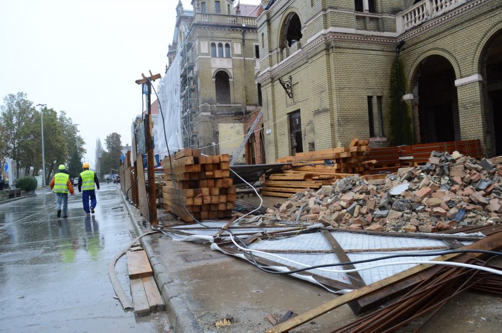 A vasútállomás kapuját a vihar konkrétan kitörte a helyéről