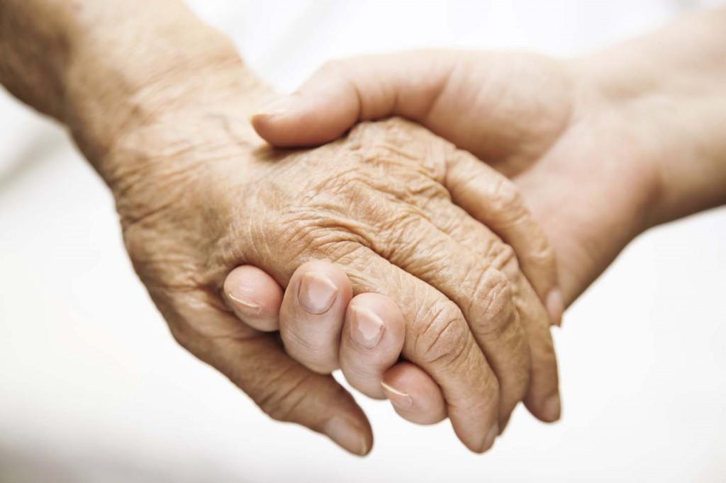 segítség, idős ember, öreg, fiatal, kézfogás