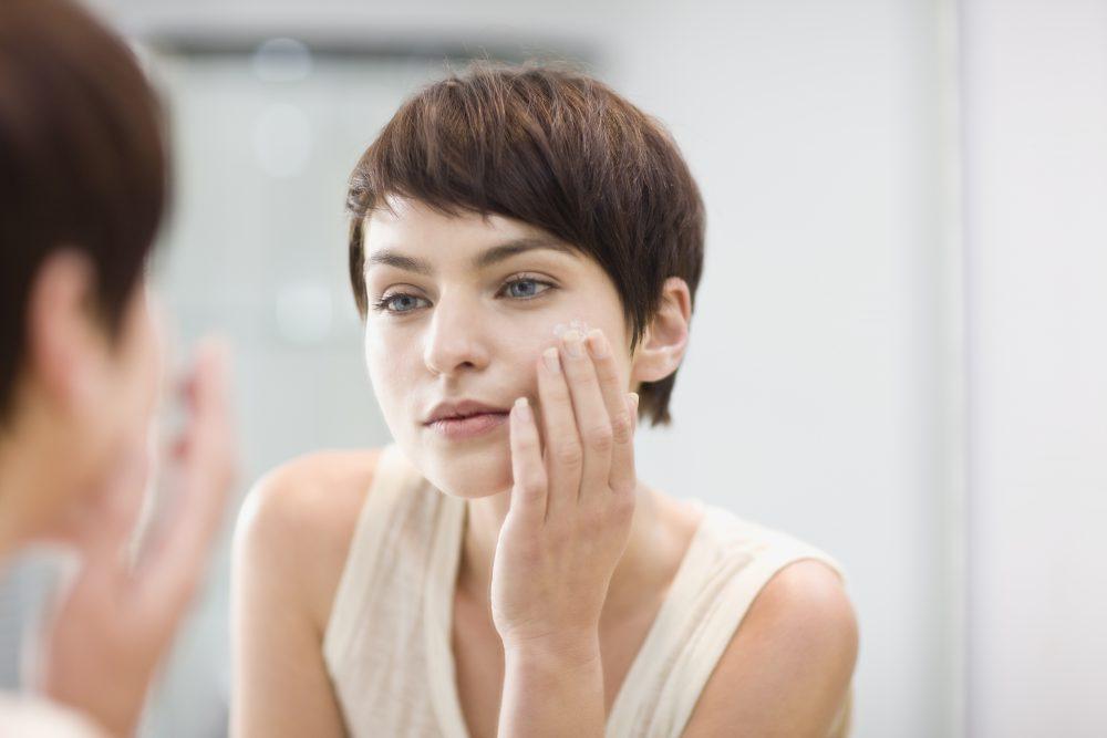Nő, tükör, arc, bőr, allergia, irritáció