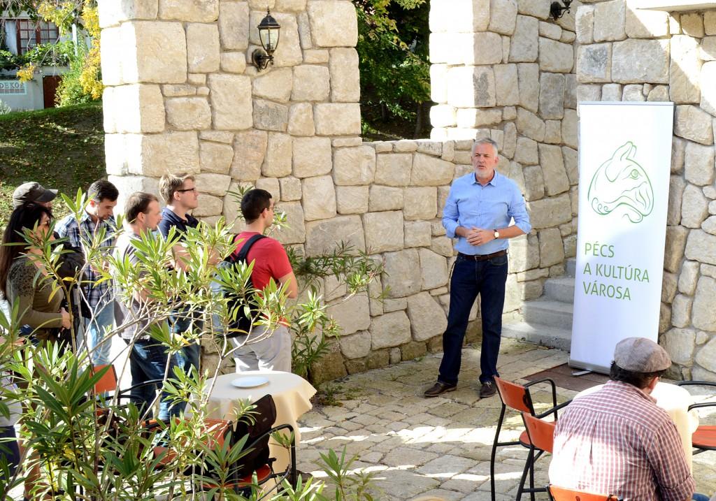 Páva egy új tettyei kávézóba hívta az  újságírókat egy kávéra