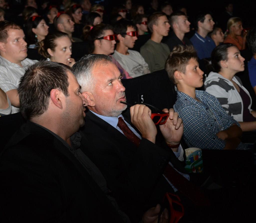 A városvezető várja a film kezdetét