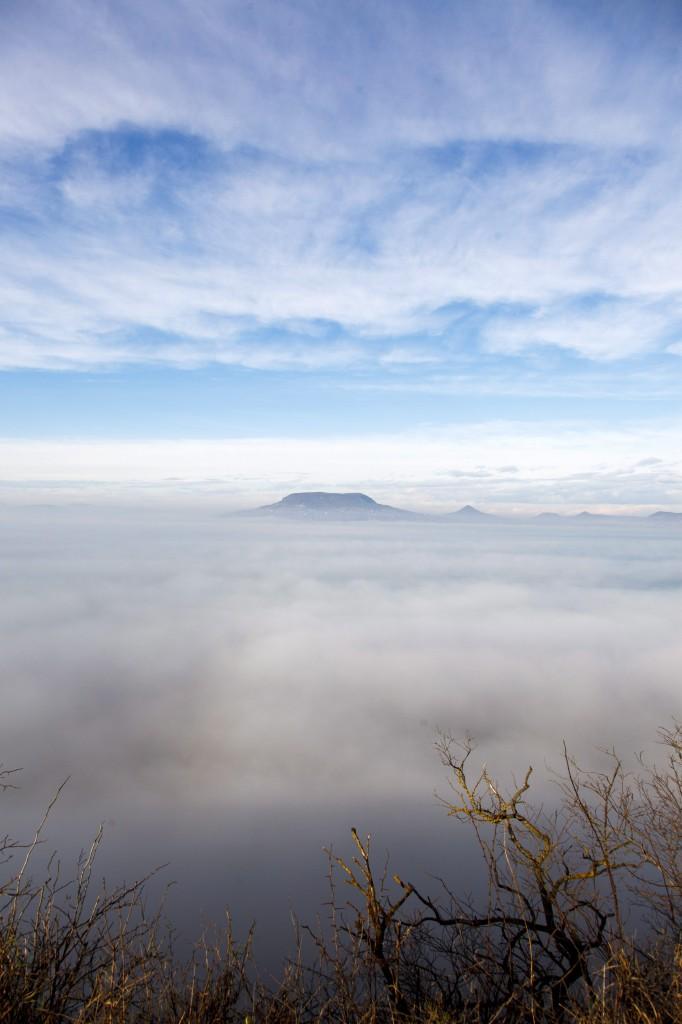 Köd gomolyog a Balaton felett Fonyódnál