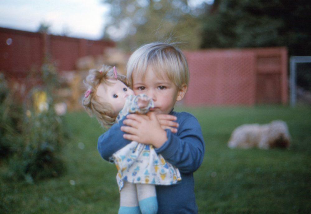 Băiețelul cu păpușa – o poveste trista ….