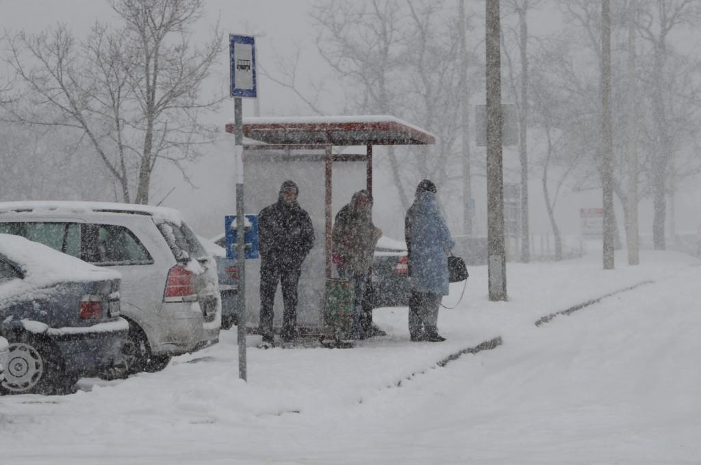 hó22-buszra várva-engel jános út