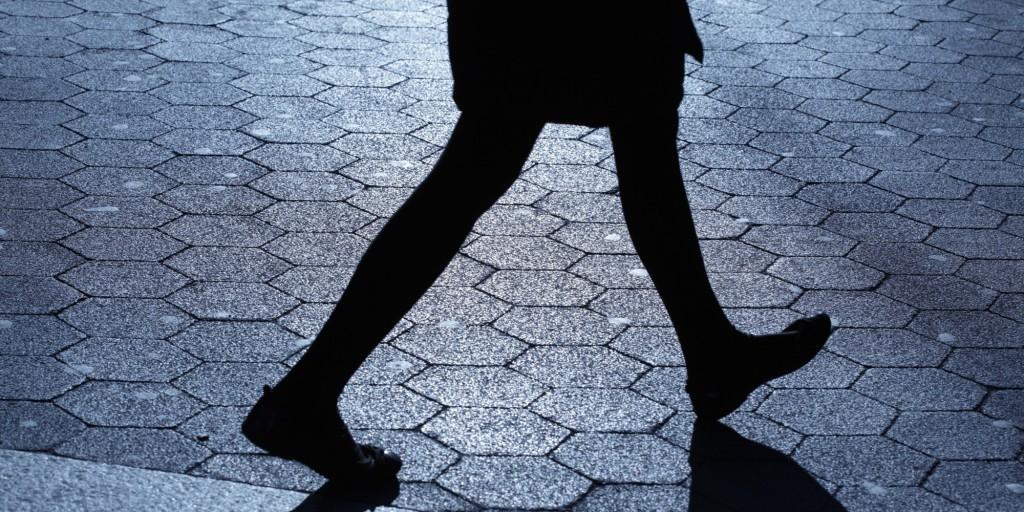 egyedül utcán, séta, este, nő, áldozat, veszély