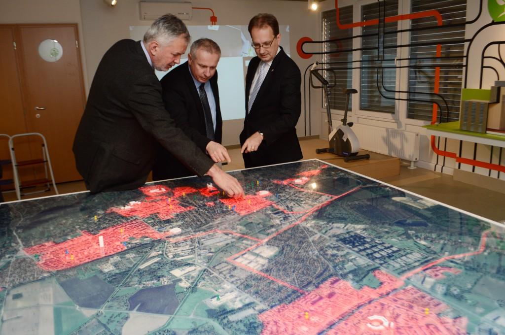 A hatalmas Pécs-térképen pirossal világítanak a távhővel ellátott városrészek