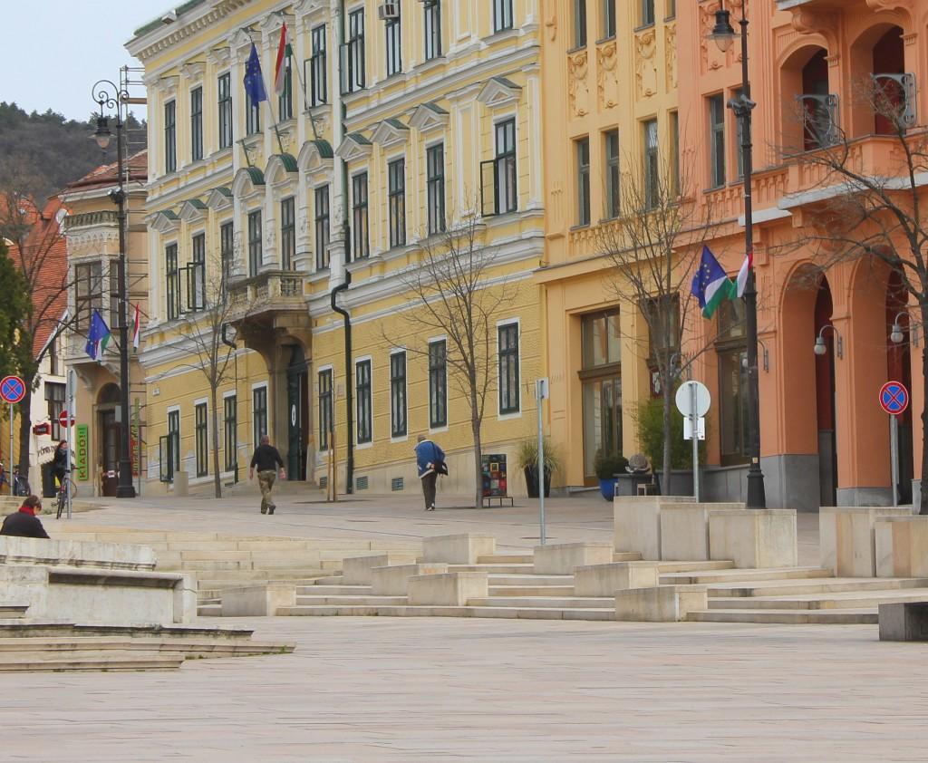A Széchenyi téren ma mintegy tíz uniós zászló van kint