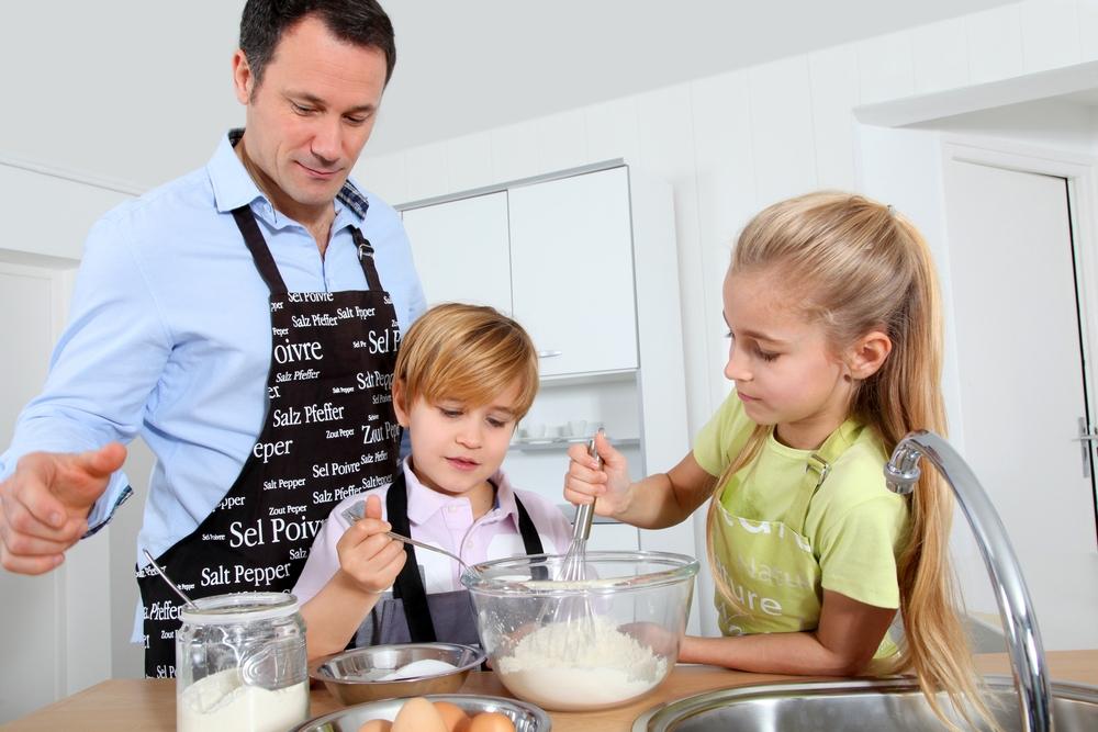 gyerekek, apa, főzés, főz, reggeli, anyák napja