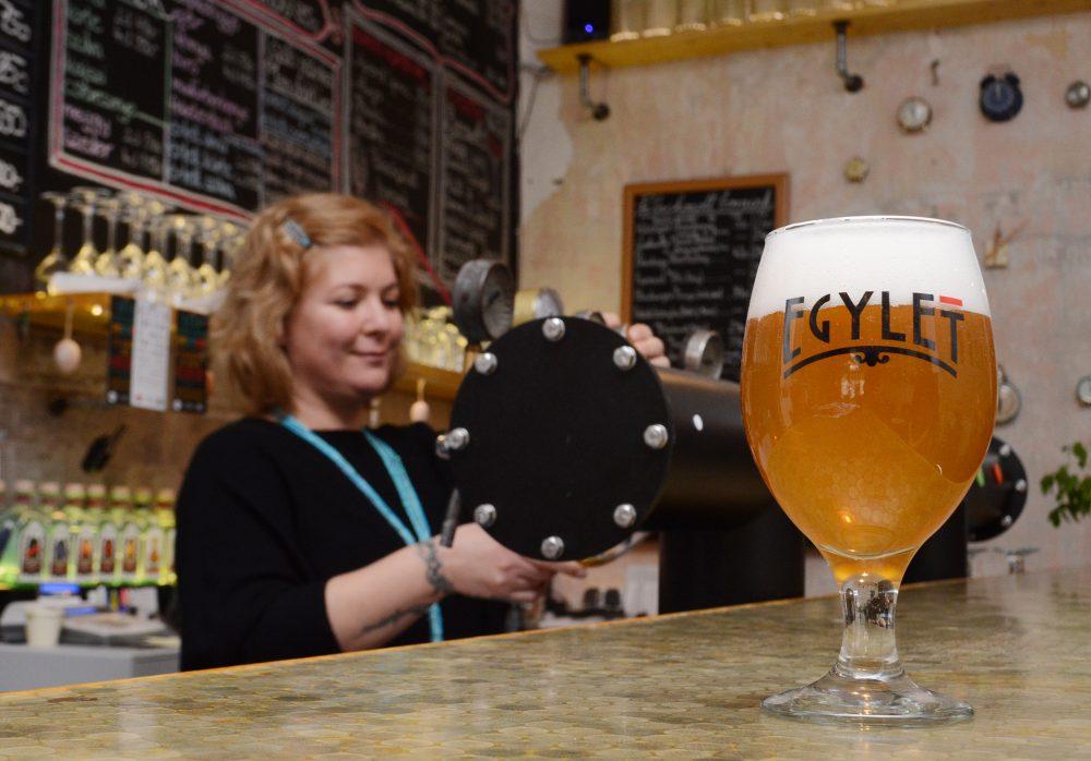 Az Egyletben egy jó sörrel drukkolhatunk