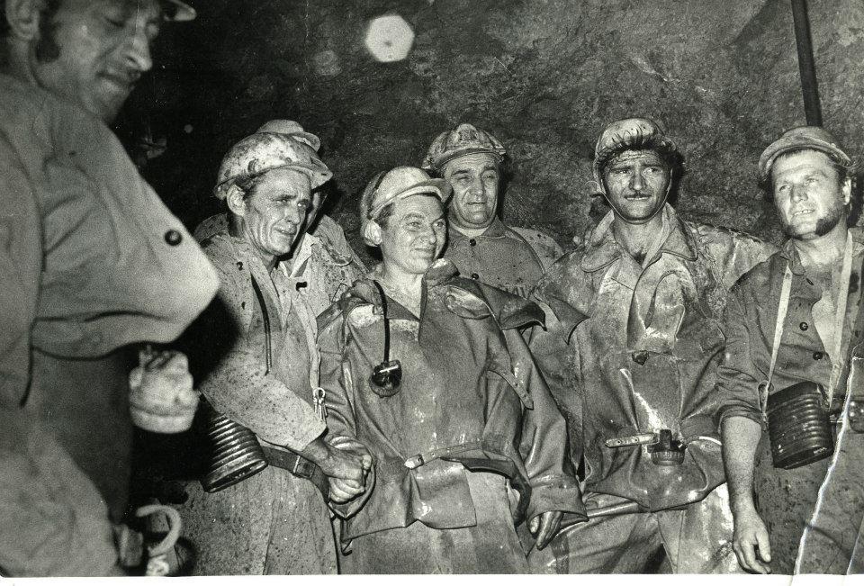 A fiúk a bányában dolgoznak