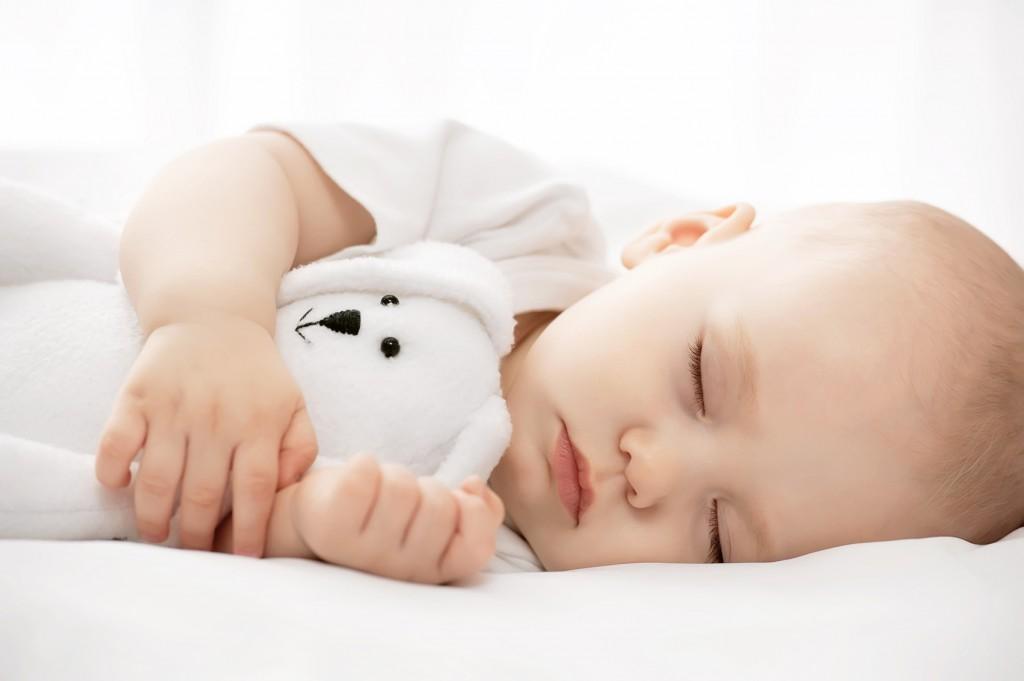 bébi alszik