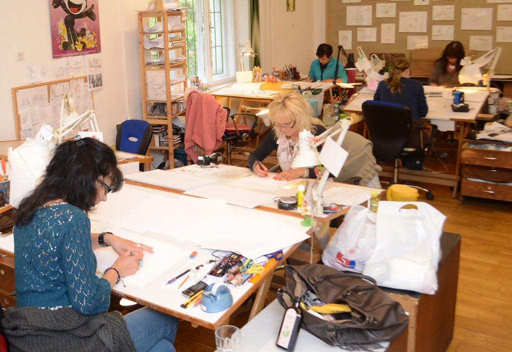 A stúdióban egy tucatnyian dolgoznak