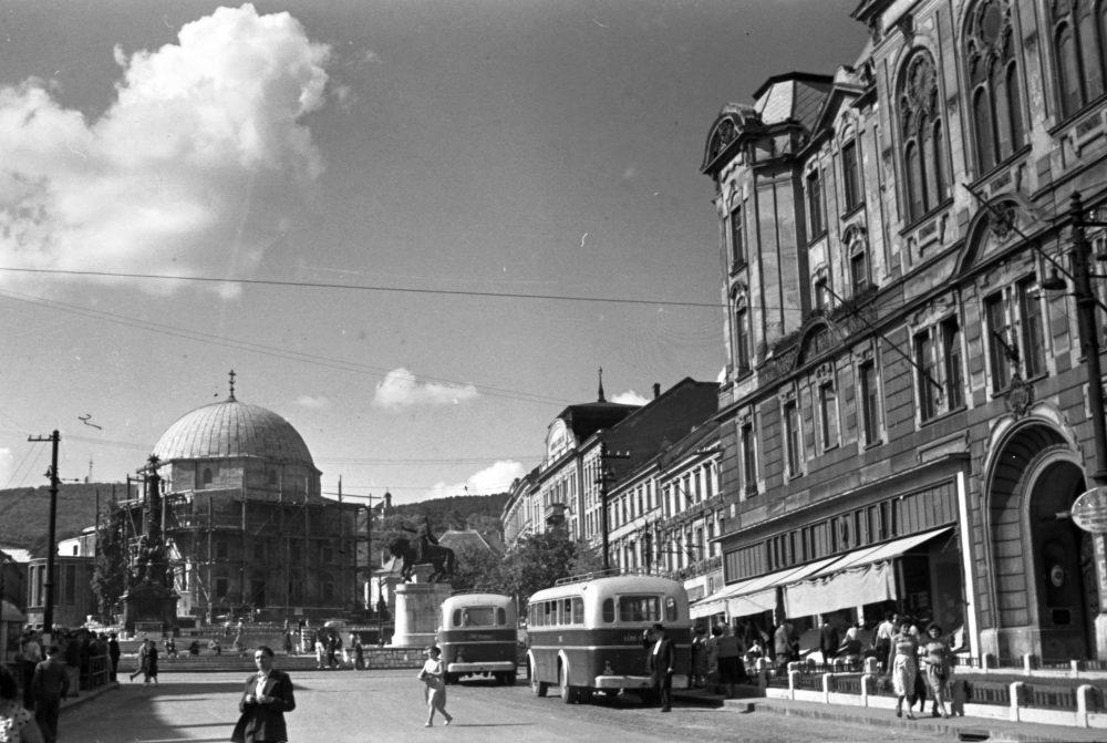 A városháza 1959-ben, a háttérben az újjáépülő Dzsámi