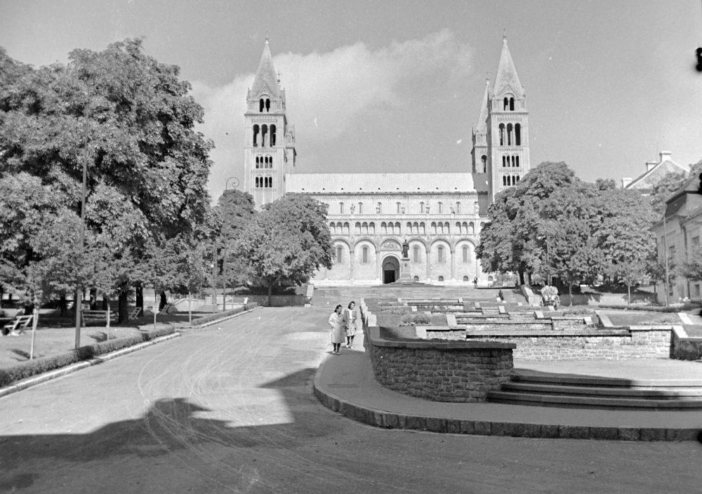 1943-ban a székesegyház, és a mára eltűnt sétatéri vízlépcső