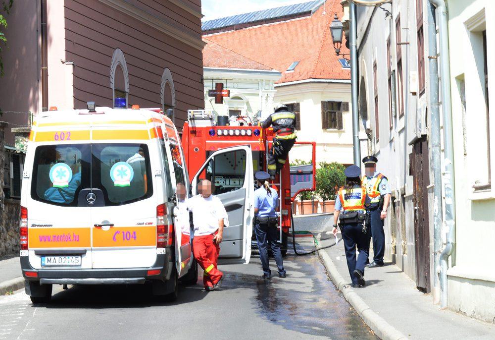 A mentők kivizsgálták a lakót, semmi baja