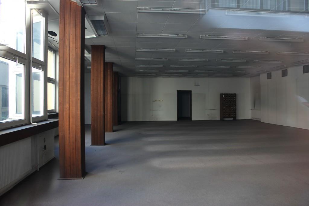A könyvespolcok egykori helye még tiszta, érintetlen