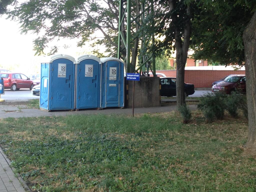Menekültek, vécé, máv (1)
