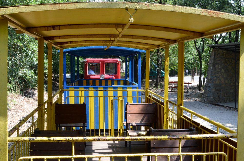 A kisvasút színes kocsijait imádják a gyerkőcök