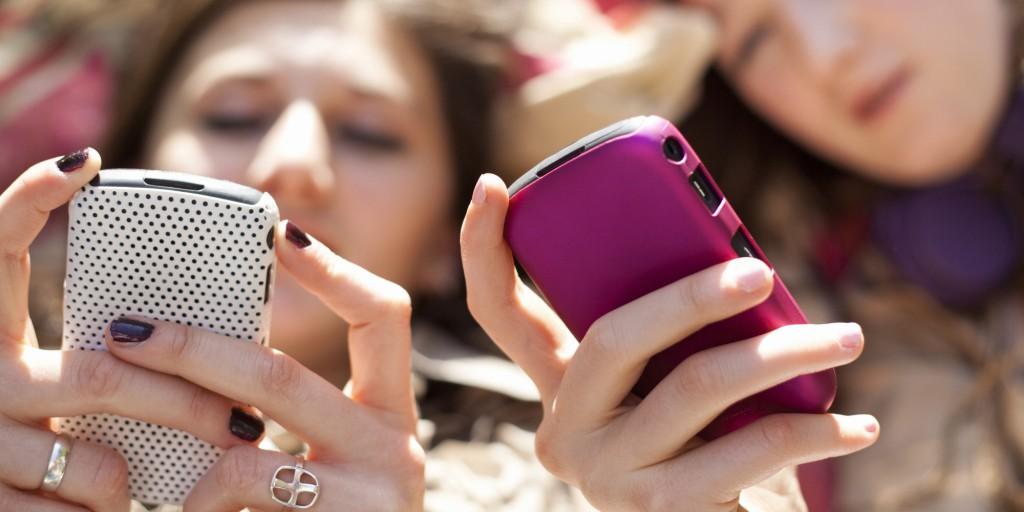 kamaszok, telefon, internet, okoseszköz, okostelefon